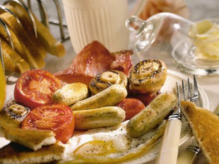 Engels grill-ontbijt met worst, bacon en spiegelei